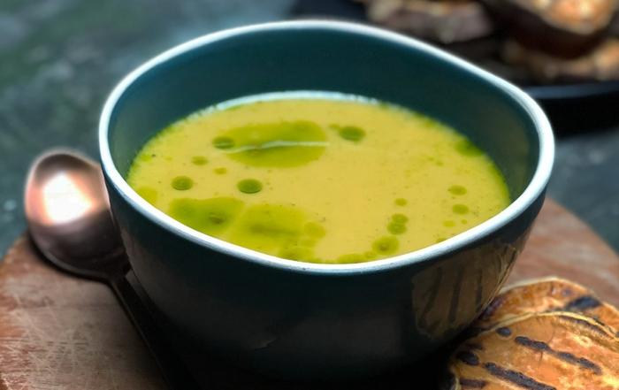 zoete-aardappel-pastinaak-soep-met-groene-prei-olie